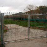 Puerta Abatible en dos hojas con puntas defensivas galvanizada