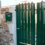 Puerta Abatible plastificada en verde con cerradura