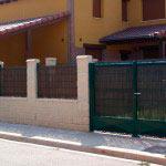 Puerta Abatible con zócalo de chapa plastificada en verde