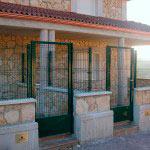 Puertas abatibles con zócalo de chapa