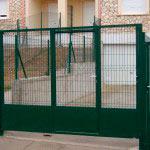 Puerta abatibleen una hoja con puerta peatonal