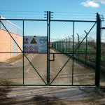 Puerta Abatible de malla S.T.con espino.Cierre candado